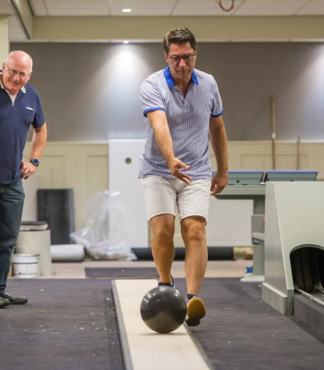 Burgemeester Van Oostrum rolt eerste kegelbal in De Kelder