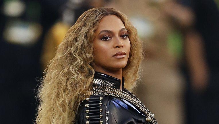 Beyoncé tijdens haar optreden in de pauze van de Superbowl, waarmee ze overduidelijk verwees naar Malcolm X en zijn Black Panthers. Beeld null