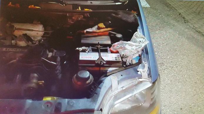 Verstopt onder de motorkap.