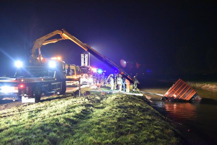 Het veevrachtwagentje raakte te water en mogelijk bevinden zich nog dieren in het voertuig.