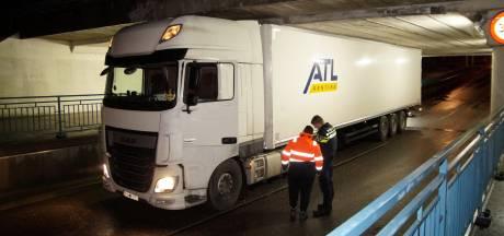 Het was te verwachten: wéér rijdt een vrachtwagen zich klem onder het beruchte Waalwijkse viaduct