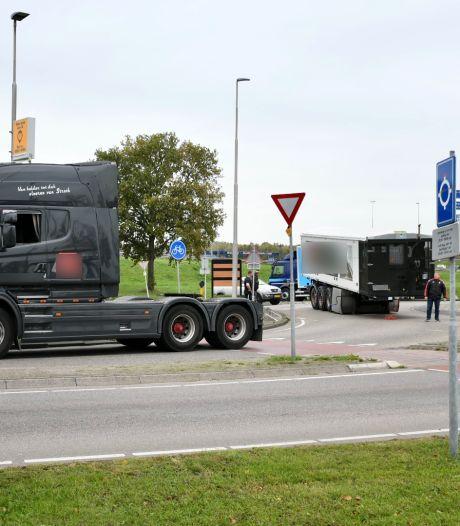 Vrachtwagen verliest trailer en zorgt voor chaos op rotonde in Vianen