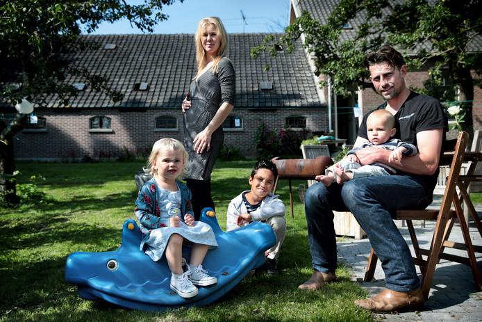 Boer Gijsbert en Femke leerden elkaar kennen via hetKRO-programma Boer zoekt Vrouw. Femke is op deze foto in verwachting van hun vierde kindje.