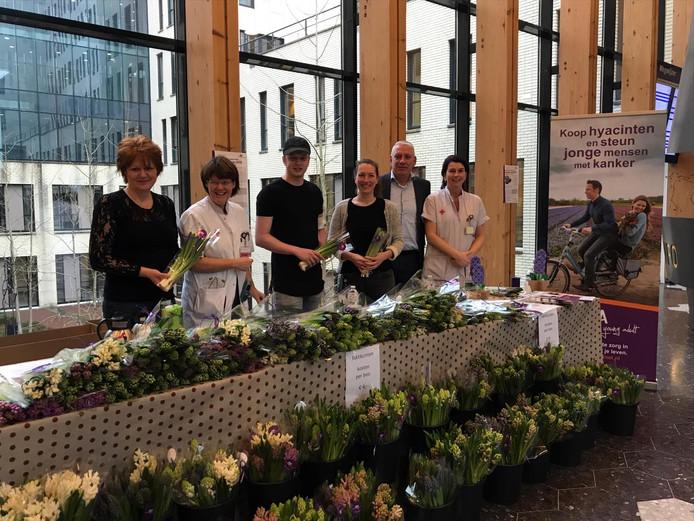 Een deel van de bloemenverkopers met volop hyacinten die door kwekers beschikbaar zijn gesteld (bron: communicatie JBZ)