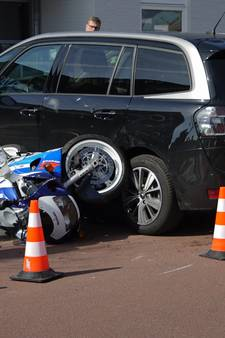 Motorrijder botst met auto in Diepenveen