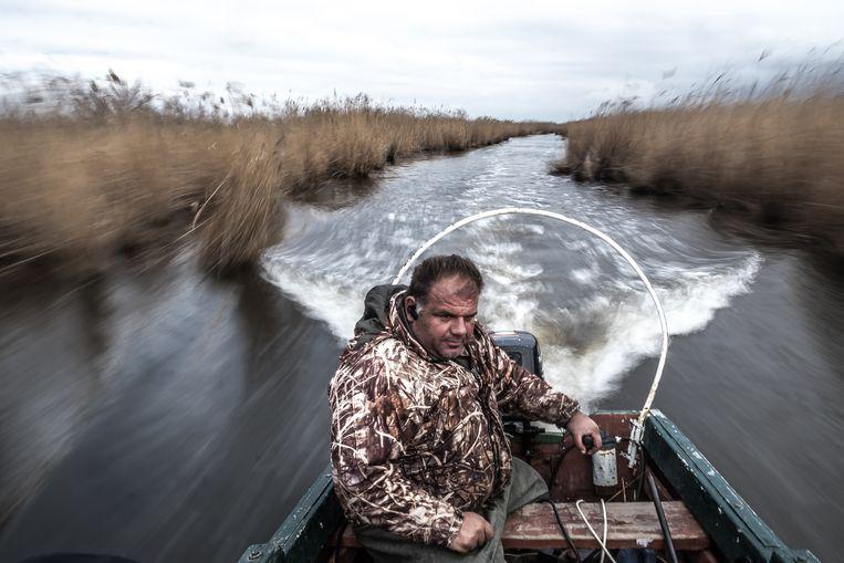 Visser Athanasios Kamilaris op de rivier de Evros Beeld