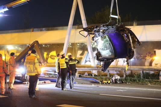 De auto kwam op de snelweg A12 achter de vangrail terecht en kwam tot stilstand tegen een verkeersportaal.