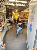 Fietsenmaker Paul Franzen aan het werk. ,,Er is in de Muntenwijk niets te doen voor jongeren.''