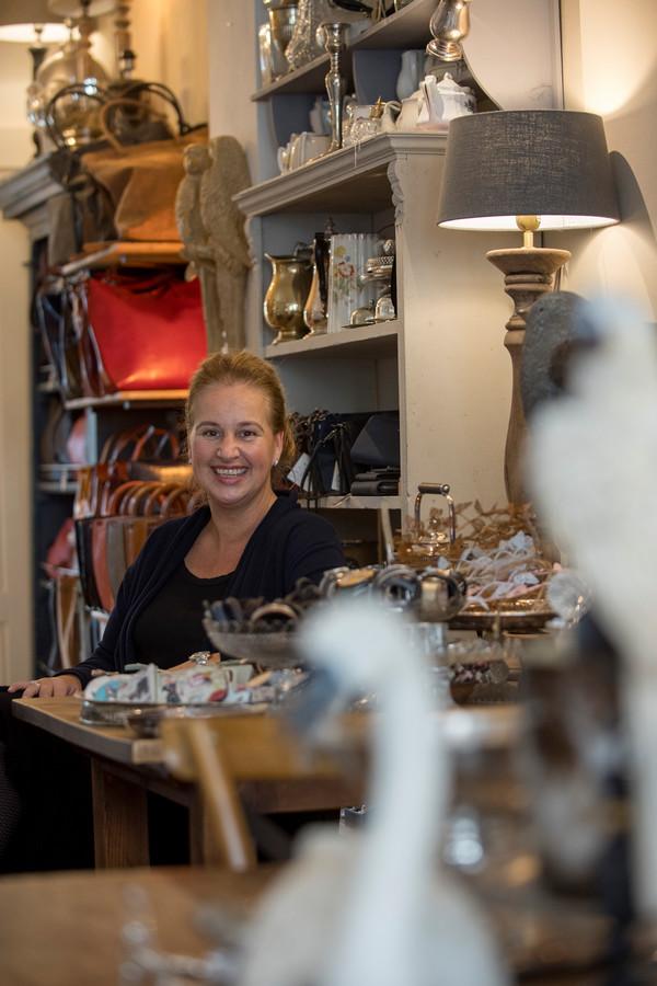 Mieke Spaan-Derksen in haar winkel Koffie & Kunst in Buren.