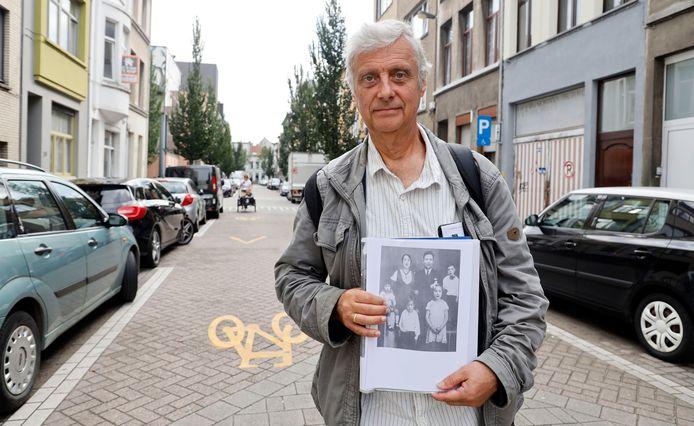 Gids Marc Looze in de Somerstraat met een foto van de familie Teitelbaum.