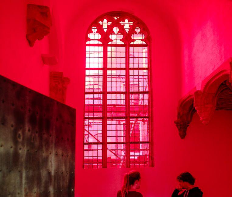 De rechter heeft dinsdag bepaald dat het rood gebrandschilderde raam in de Oude Kerk mag blijven. Beeld Marc Driessen