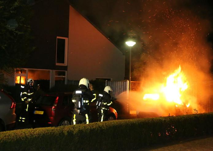 Een geparkeerde auto op de Binnendoor in Kaatsheuvel is op dinsdag om 03:00 in vlammen opgegaan.