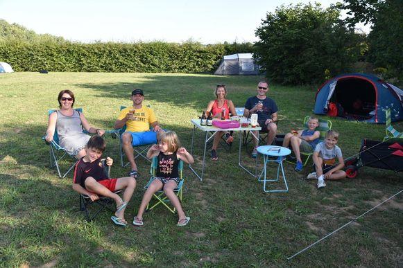 Burgemeester Inge Lenseclaes (oranje T-shirt) overnachtte samen met haar gezin op camping Druivenland.