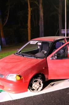 Automobilist laat auto achter midden op drukke weg bij Soesterberg