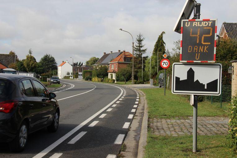 De Kortrijkstraat is bebouwde kom, maar bestuurders mogen er wel 70 per uur. Het gemeentbestuur wil het anders zien.