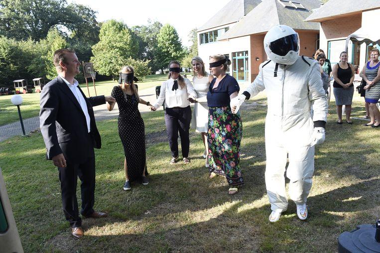 Oprichters Kim Van Oncen en Sophie Van den Bergh en vrijwilligster Liselotte kregen eerst een blinddoek op.