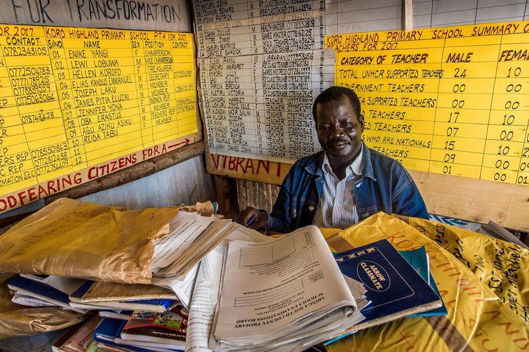 Emmanuel Kandus (42) was leraar in Zuid-Soedan en geeft nu les op de school van het vluchtelingenkamp. Beeld Frederic Noy