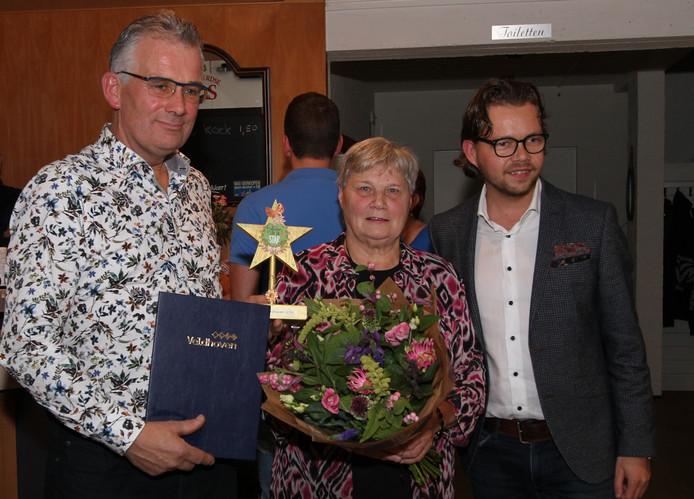 V.l.n.r. voorzitter Johan Heeren, secretaris Elly Peters en wethouder Daan de Kort, die de Ster van Veldhoven heeft overhandigd.