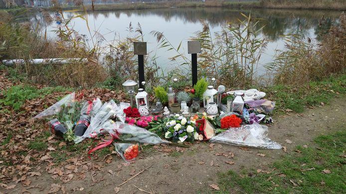 Bloemen op de plek waar Dean en Milan om het leven kwamen.