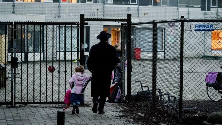 Scholieren komen aan bij de orthodox-joodse school Cheider. Beeld anp