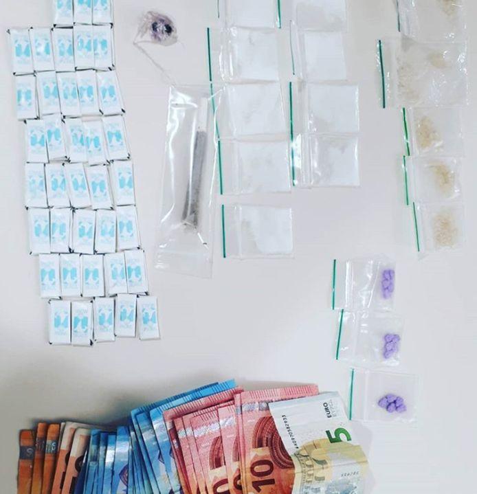 De dealer had verschillende soorten drugs en een grote som contant geld bij zich.