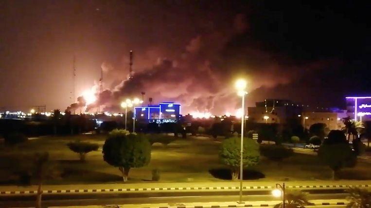 Rook stijgt op van een brandend bedrijfsterrein van Saudi Aramco in de Saudische stad Abqaiq. Beeld Reuters