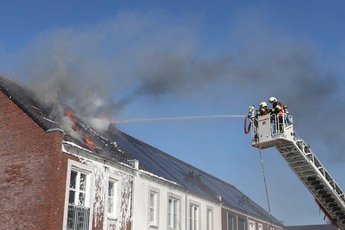 Brand in de Thorbeckestraat in Sint-Oedenrode. Onderzoek moet uitwijzen of de oorzaak bij de zonnepanelen ligt.