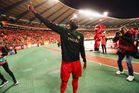 Romelu Lukaku dankt de fans na de wedstrijd.