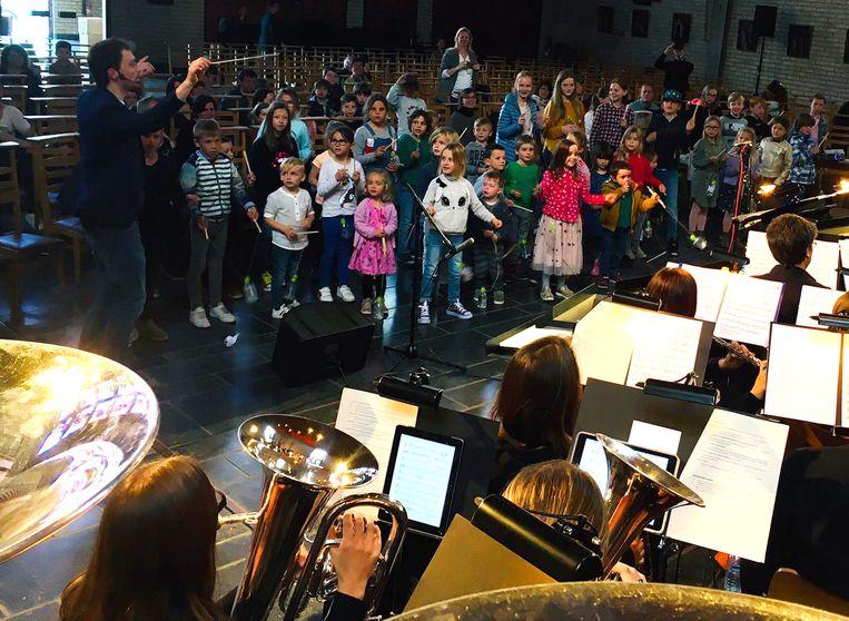 Concertband Cecilia Geraardsbergen leerde de kinderen muziek maken.