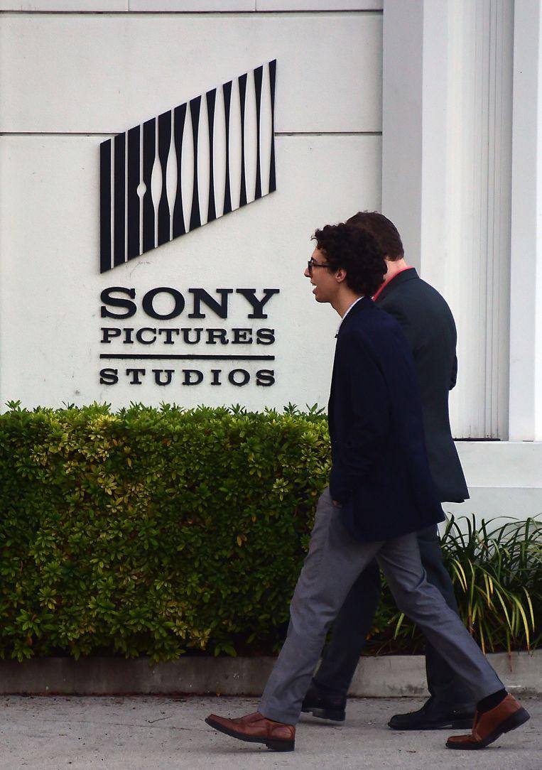 Voetgangers lopen langs een kantoor van Sony Pictures. Beeld belga