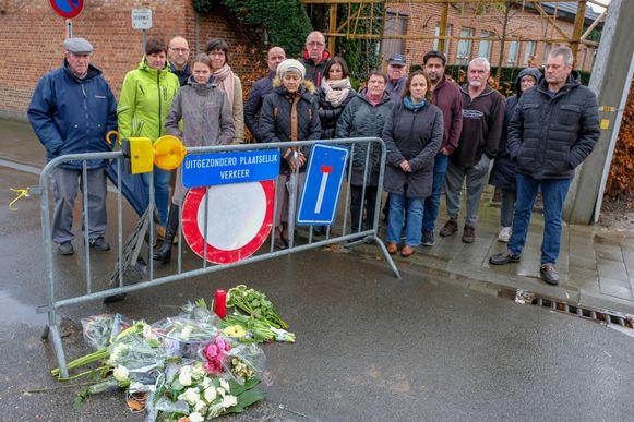 Aangeslagen buurtbewoners kwamen gisteren samen op de plaats van het ongeval.