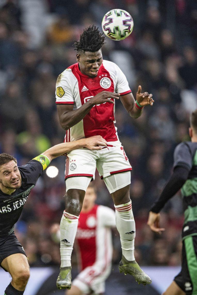Lassina Traore springt hoog en kopt de bal, maar kan het ding niet genoeg richting geven voor een goal. Beeld Guus Dubbelman / de Volkskrant