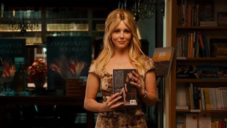 De blonde Brigitte (Chantal Janzen) is een mooie schoenverkoopster met literaire ambities. Beeld Het Verlangen