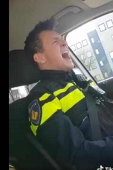 Politieagent filmt collega Thijs (28) die nu viral gaat met Queen-cover