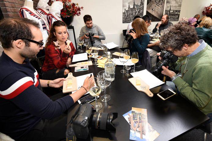 Een groep van buitenlandse journalisten bezoekt het kaaspakhuis aan de Emakade in Woerden om te zien of ze daarover kunnen schrijven.