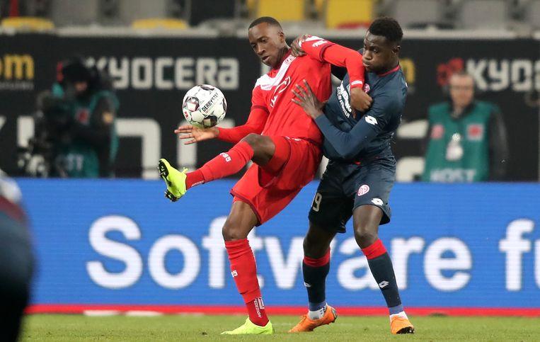 Dodi Lukebakio (L) in duel met Moussa Niakhate (R).