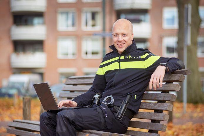 Diederick Zwartkruis is de eerste digitale wijkagent van het politieteam Maasland.