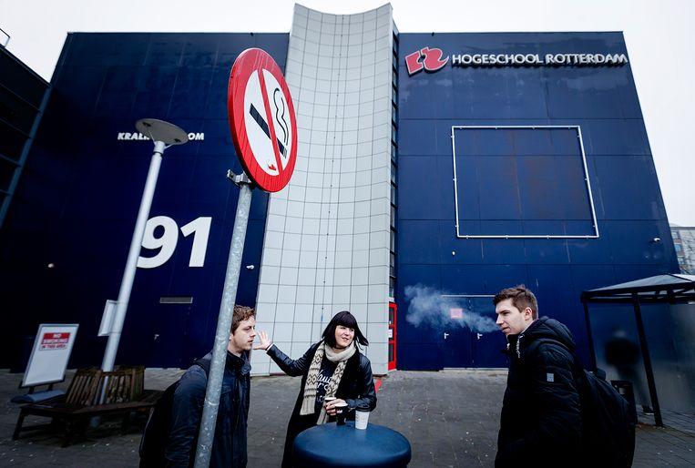 Leerlingen van de Hogeschool Rotterdam roken buiten een sigaret. Beeld ANP