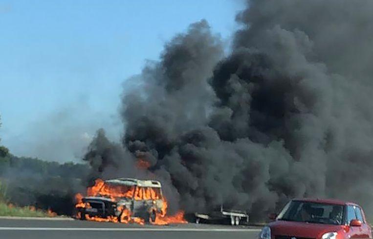 Al voor de  aankomst van de brandweer stond de auto al in lichterlaaie.