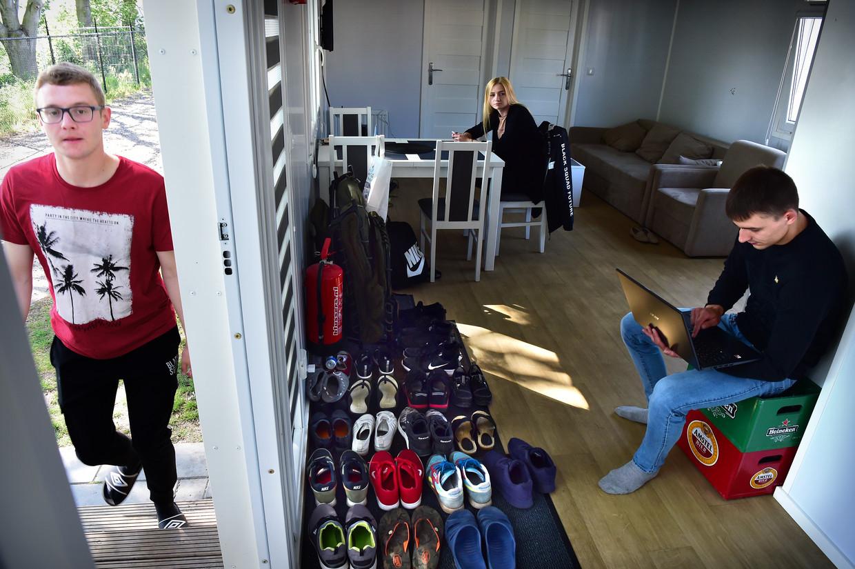 Huisgenoten in een bungalow van MHP Venray. Beeld Marcel van den Bergh / de Volkskrant