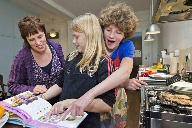 Neeltje en Koen krijgen kookles. Moeder Cécile strooit met gouden tips. © Marc Driessen Beeld