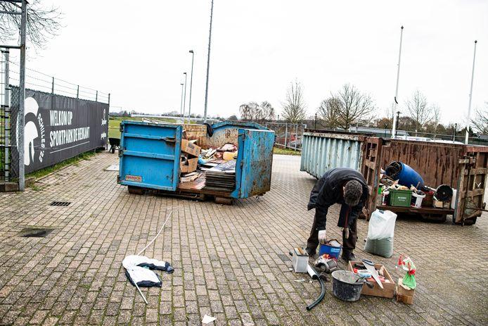 Maandagmiddag haalden leden van Achilles hun spullen op bij de Heikant, 90 jaar lang de thuisbasis van de club.
