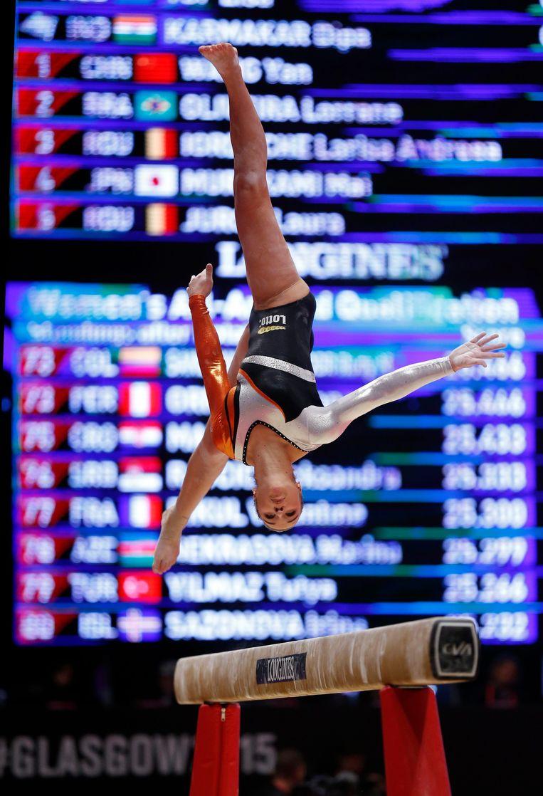 Lisa Top op de evenwichtsbalk. Beeld epa