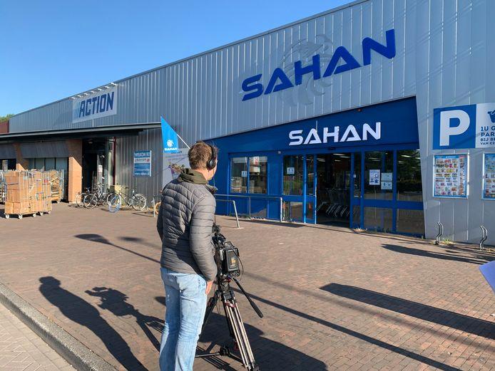Opnames van het politieprogramma Bureau Brabant bij supermarkt Sahan in Waalwijk. Bij de supermarkt werd in december twee keer achter elkaar ingebroken.