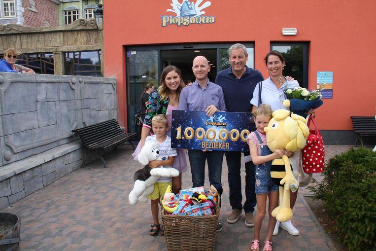 Steven Verschelde (39) en Caroline Rogge (36) met hun kinderen Margot (8) en Viktor (6) werden als miljoenste bezoeker gisteren in de watten gelegd door Marie en Gert Verhulst.