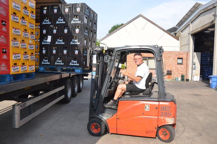 Peter Van Eetvelde helpt zelf een vrachtwagen met drank laden voor een transport.