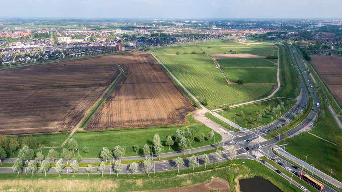 Het nu nog braakliggende nieuwbouwgebied De Tippe, met op de voorgrond de provinciale Hasselterweg en op de achtergrond Stadshagen.