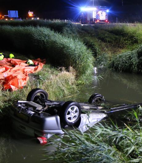 Auto te water in sloot bij N57: 61-jarige man uit Ouddorp in kritieke toestand