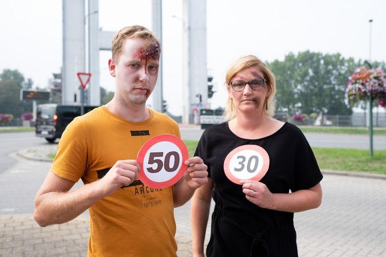 CD&V-kandidaten Maaike Bradt en Gert Boey lieten zich schminken als verkeersslachtoffers voor hun verkiezingscampagne.