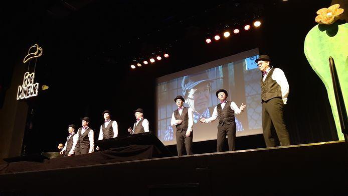 Collega's van For Mineur bezingen Jan Groos (rechts), die voor het laatst mee doet aan het cabaret.t